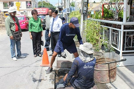 Inmates from Thonburi Remand Prison helping to clear the drains