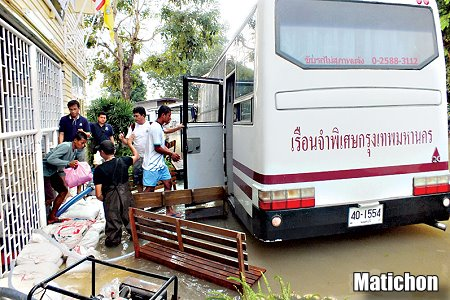 Inmates in Prachinburi Flee Floods